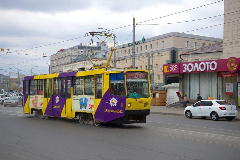 Трамвай города трассы никакой 2 на пасмурный день kazan стоковое фото rf