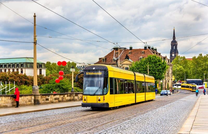 Трамвай города на мосте Augustus в Дрездене стоковые фотографии rf
