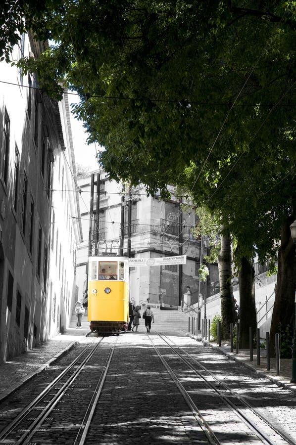 Трамвай желтого цвета Глории - предпосылка B&W, транспорт Лиссабона стоковые фото