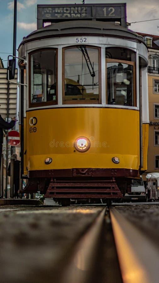 Трамвай Лиссабона в Praça Martim Moniz Лиссабоне принятом в низкую двинутую под углом съемку с shinny следы трамвая и красивый в стоковые фотографии rf