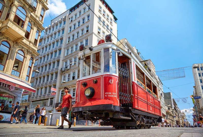 Трамвай наследия на бульваре Istiklal, Стамбуле стоковое изображение