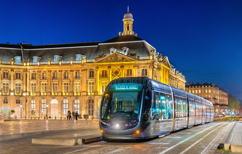 Трамвай на Месте de Ла Фондовой бирже в Бордо, Франции стоковые фото