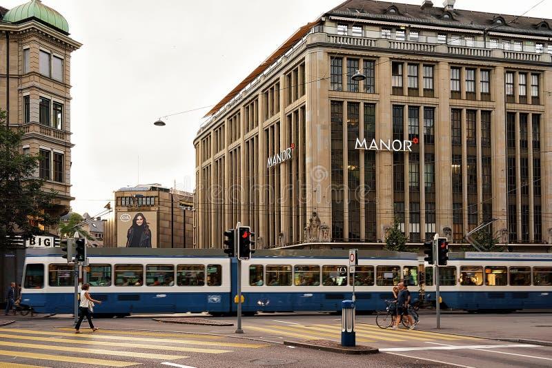 Трамвай на улице Bahnhofstrasse в центре города Цюриха стоковое изображение rf