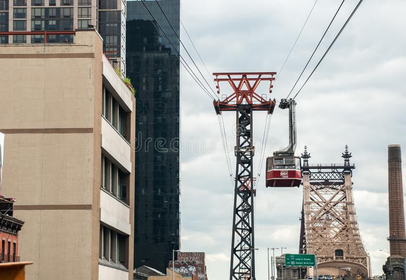 Трамвай острова Рузвельта канатная дорога которая соединяет остров Рузвельта с верхним Ист - Сайдом Манхэттена стоковые фотографии rf