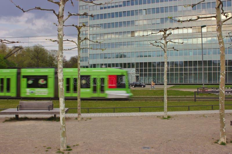 Трамвай перед офисным зданием стоковые фотографии rf
