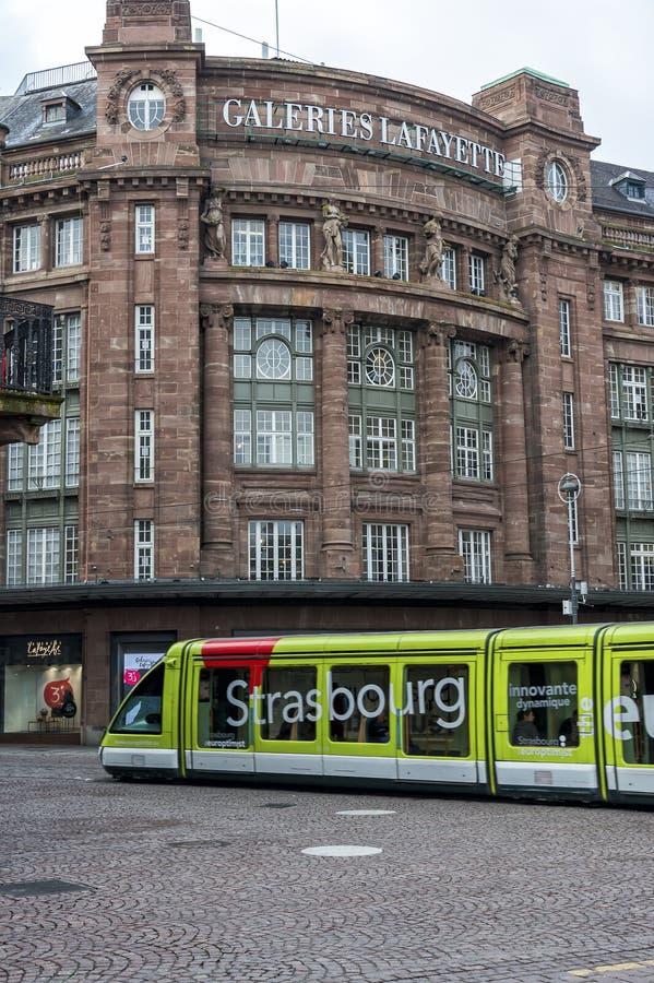 Трамвай перед Galeries Лафайетом в страсбурге, Франции стоковое фото