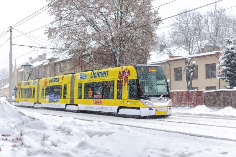 Трамвай Skoda 15 t ForCity на улице зимы городка Риги, Латвии стоковое изображение