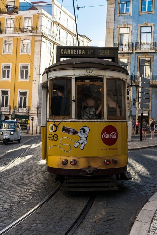трам lisbon Желтый трамвай стоковое изображение