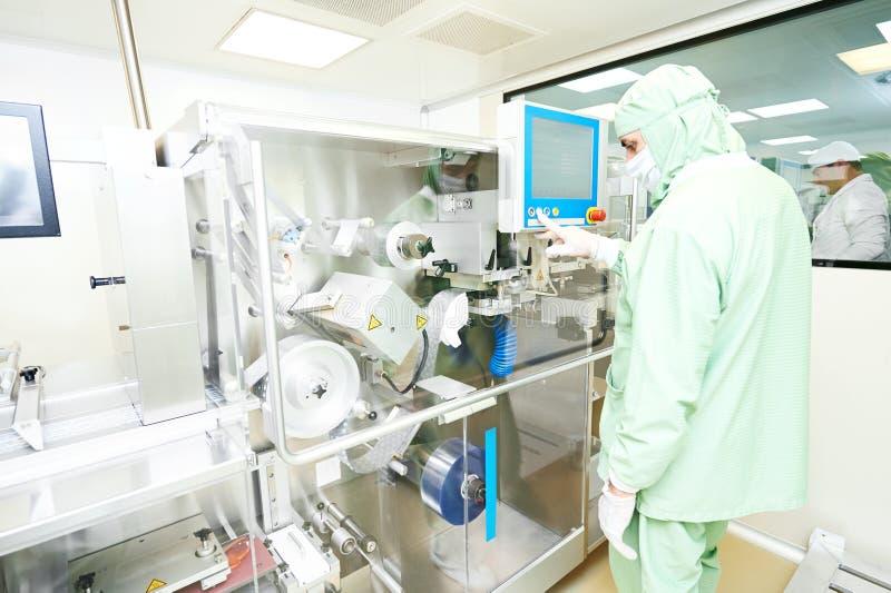 Транспортер машины производственной линии упаковки работника работая стоковые изображения