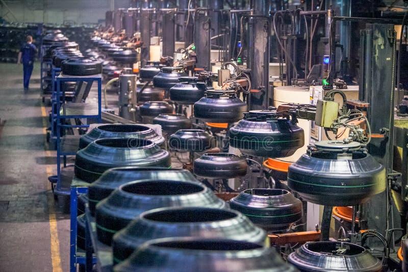 Транспортер машины продукции покрышки на фабрике стоковые изображения rf