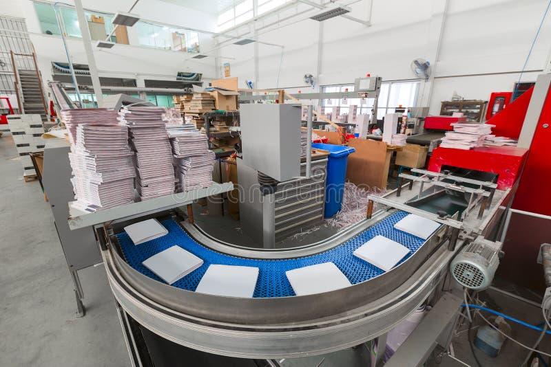 Транспортер с кассетами Фабрика печатания Поток journ стоковое изображение