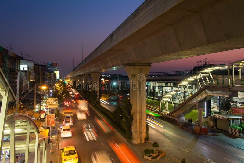 Транспортный поток Бангкока во времени вечера на дороге Sukhumvit стоковое фото rf