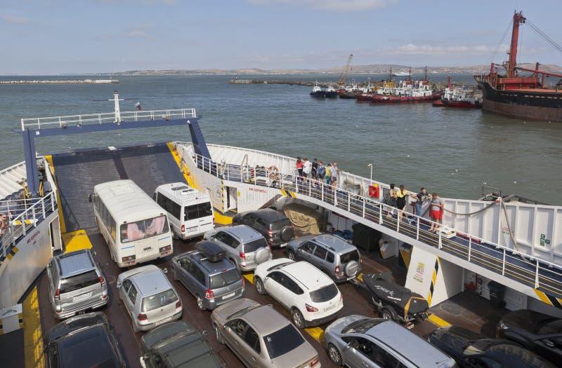 Транспорт автомобиля через пролив Kerch на ` Elena ` парома стоковые фотографии rf