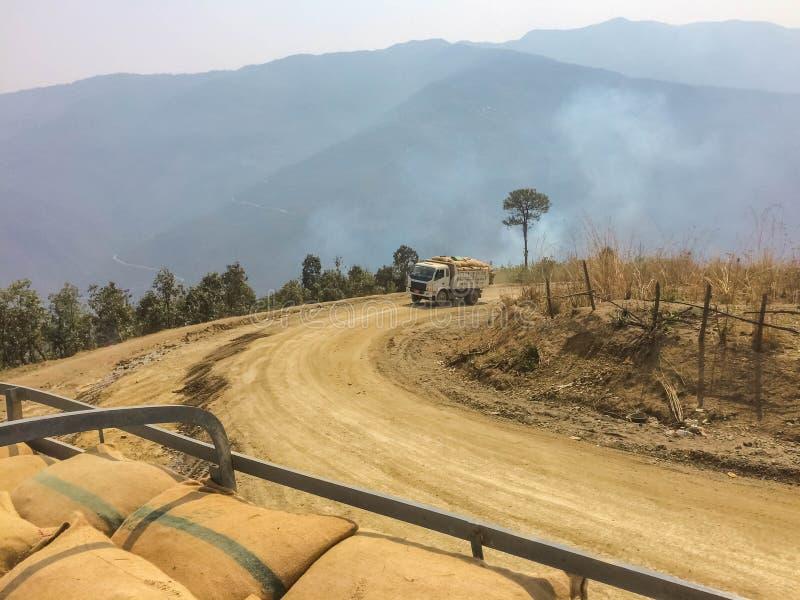 Транспорт груза в Мьянме Дороги гор стоковые фото