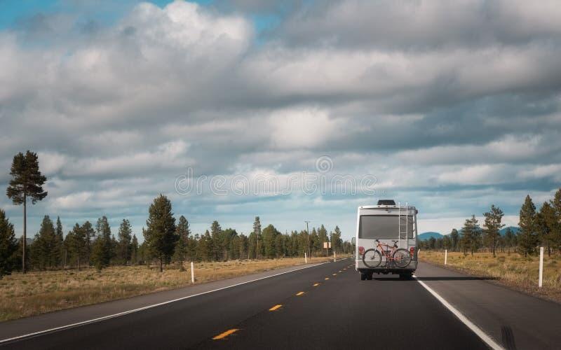 Транспорт для отдыха с велосипедом вися на заде управляя через сельскую местность Изображение концепции перемещения и wanderlust  стоковые фотографии rf
