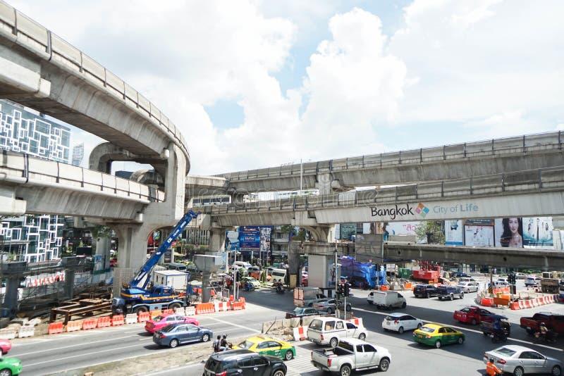 Транспорт и движение дороги подготовляют во время лучшего эфирного времени принятого в Бангкок Таиланд стоковое изображение