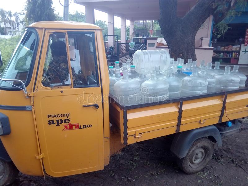 Транспорт консервных банок воды в городе стоковое изображение