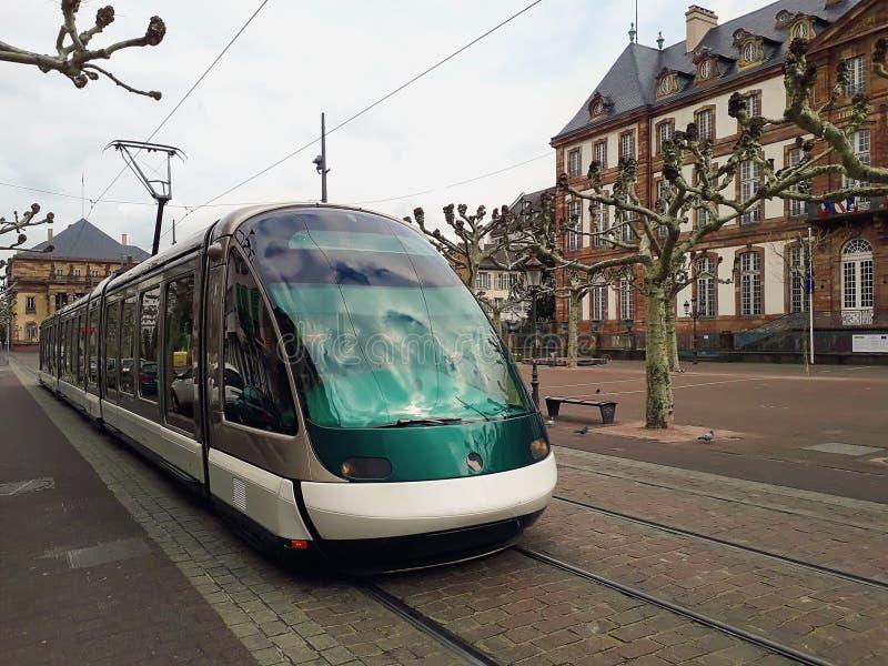 Транспорт трамвая на улице Broglie места в городе страсбурга, Франции стоковая фотография rf