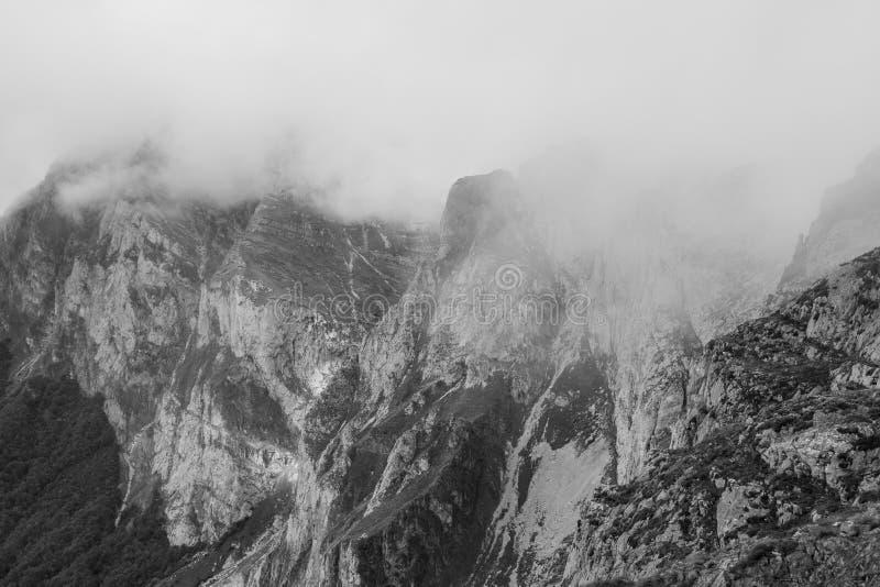 Трасса через чудесные места Picos de Европы стоковые фотографии rf