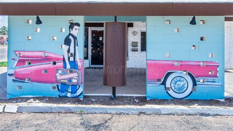 Трасса 66: Elvis Presley и розовая настенная роспись Кадиллака, мотель сафари, Tucumcari, NM стоковое фото rf