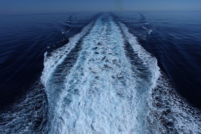 Трассировка корабля в воде стоковое изображение