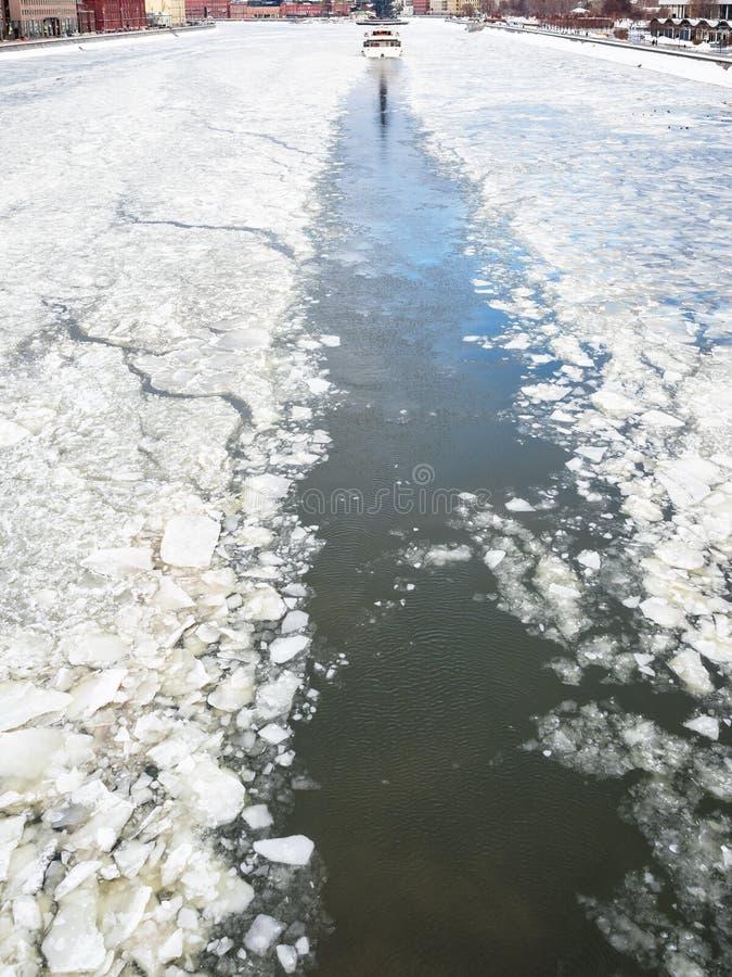Трассировка корабля отклонения во льду  реки в зиме стоковая фотография rf