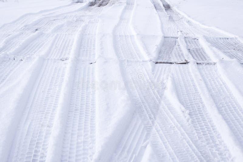 Download Трассировки автошин на снеге Стоковое Фото - изображение насчитывающей сезон, январь: 81801104