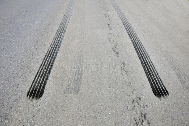 Трассировки от автошины от аварийного торможения на асфальте стоковое изображение