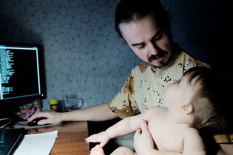 Трата времени семьи на вечере будьте отцом разговаривать с маленькой дочерью младенца в свете лампы стоковое фото