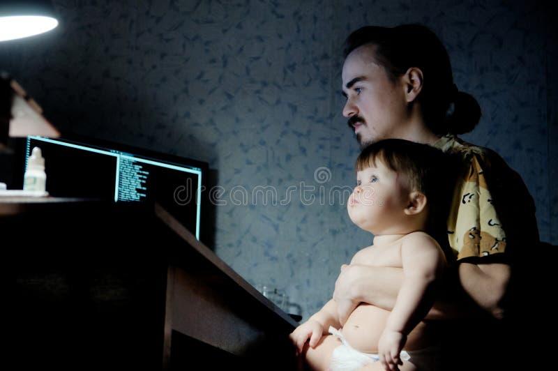 Трата времени семьи на вечере будьте отцом с маленькой дочерью младенца в свете лампы стоковые изображения