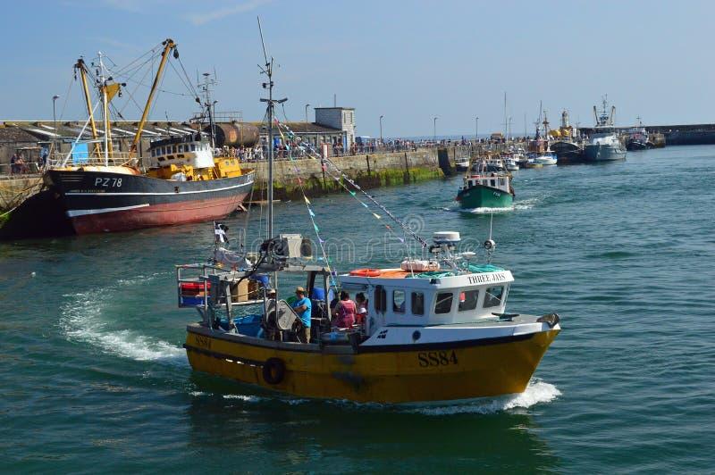 Траулеры и рыбацкие лодки, в гавани Корнуолле Newlyn, Англия стоковые фотографии rf