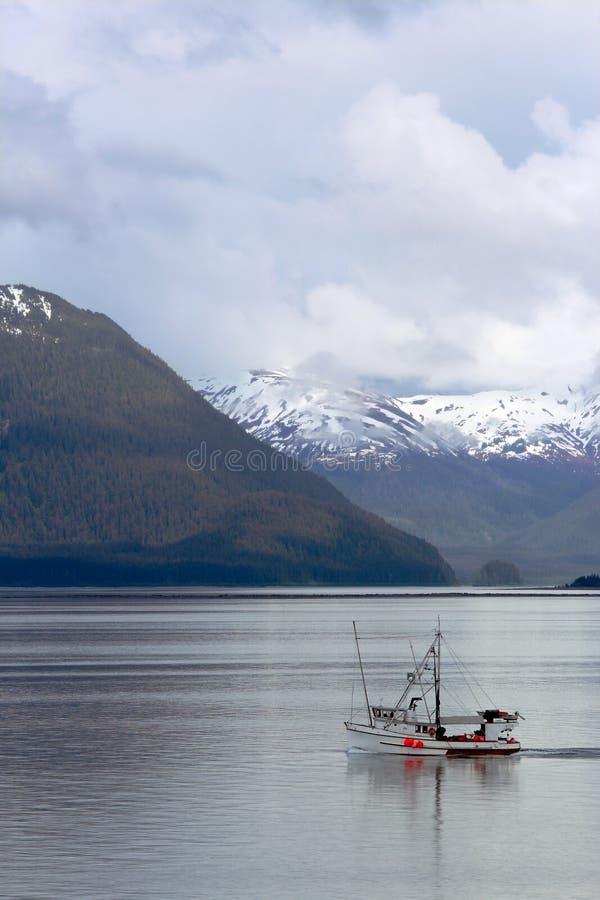 Траулер рыбной ловли на заливе ледника Аляске стоковое изображение