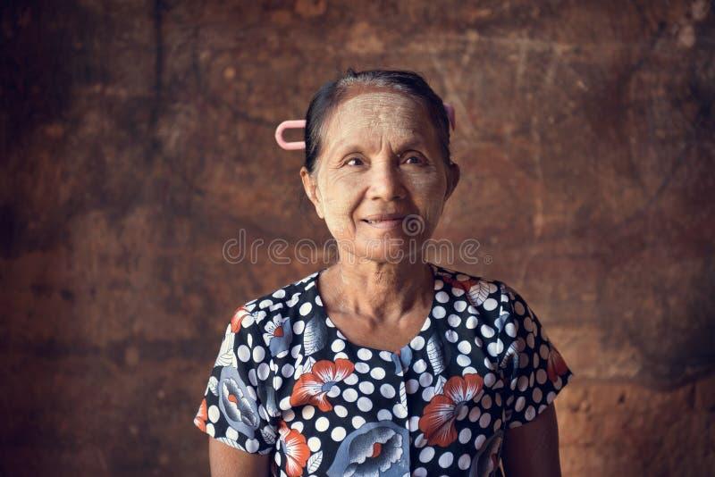 Традиционная азиатская бирманская женщина стоковое изображение rf