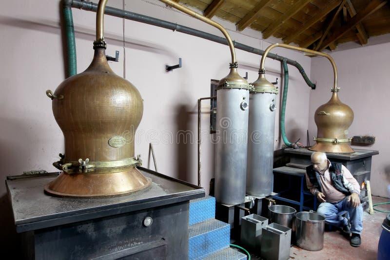 Традиционная выгонка спирта и продукция домодельного t стоковые фотографии rf