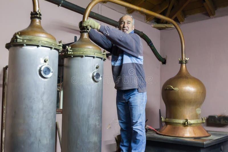 Традиционная выгонка спирта и продукция домодельного t стоковые фото