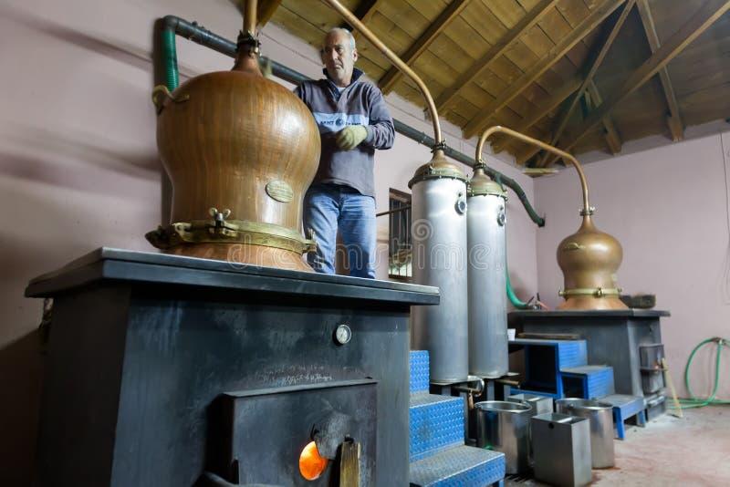 Традиционная выгонка спирта и продукция домодельного t стоковое изображение