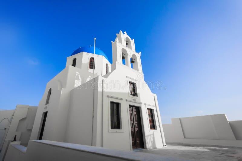 Традиционная голубая церковь купола в Santorini стоковые фото