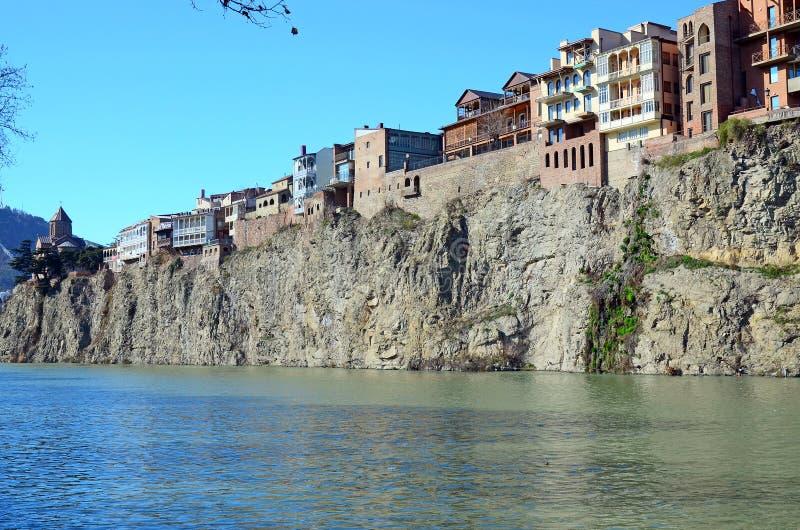 Традиционная грузинская архитектура - красивые здания на крутом береге над Рекой Kura в районе Metekhi tbilisi стоковые изображения