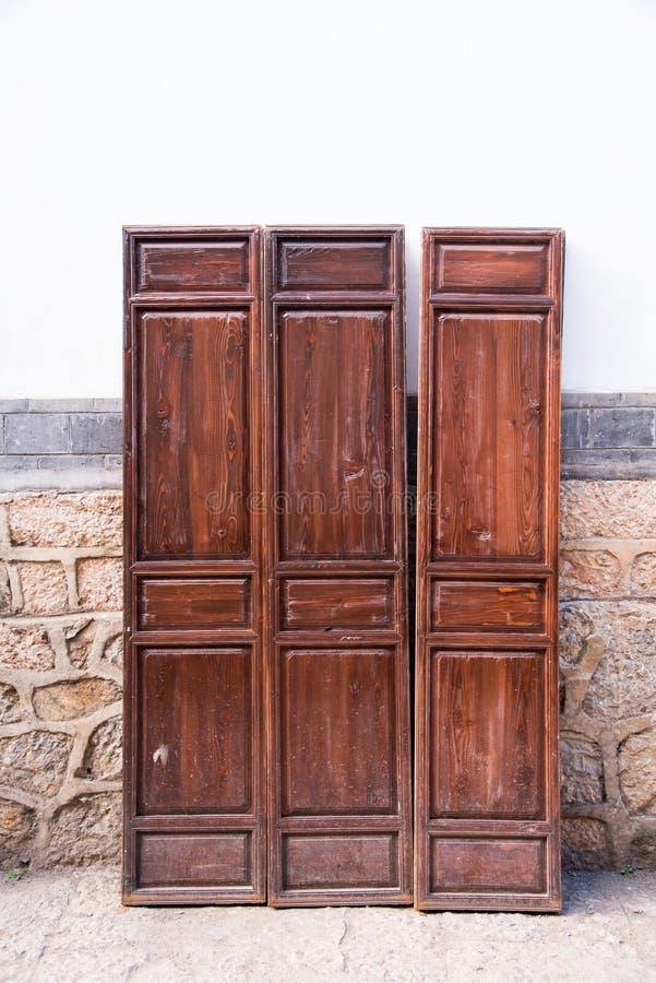 Традиционная деревянная дверь в китайце ходит по магазинам, старый городок в Lijiang, Yu стоковое фото