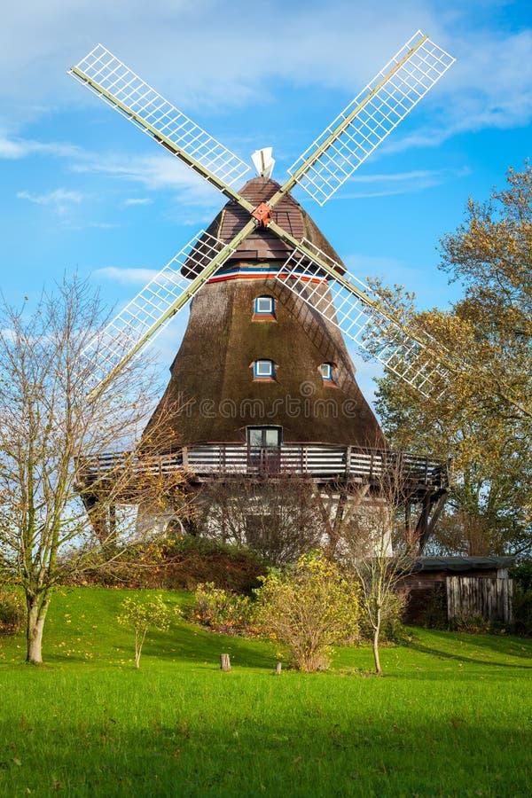 Download Традиционная деревянная ветрянка в пышном саде Стоковое Фото - изображение насчитывающей естественно, ресурс: 37930270