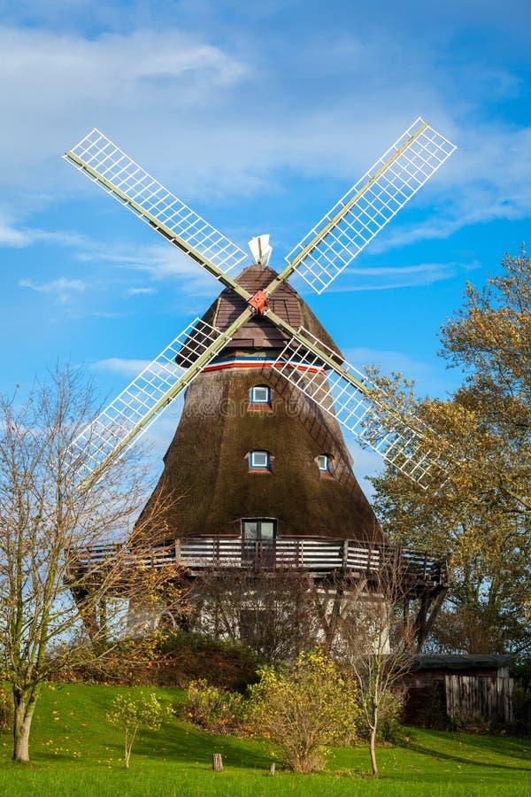 Download Традиционная деревянная ветрянка в пышном саде Стоковое Фото - изображение насчитывающей алтернативы, строя: 37930366