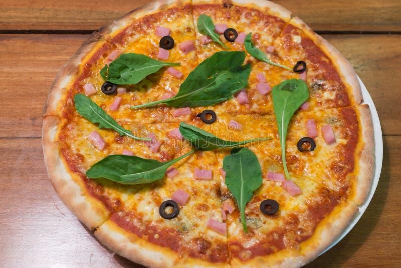 Традиционная деревянная пицца итальянки ожога стоковая фотография rf
