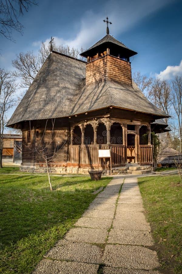 Традиционная деревянная церковь в румынской деревне стоковое изображение rf