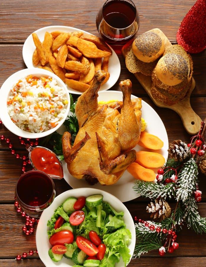 Традиционная еда для рождественского ужина, праздничной сервировки стола стоковые фото