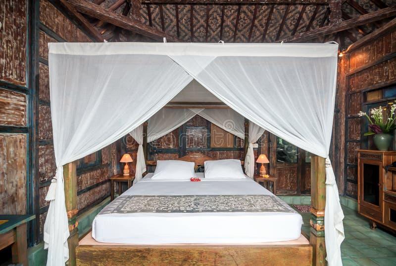Традиционная и античная вилла спальни стиля Javanese в Бали стоковые фотографии rf