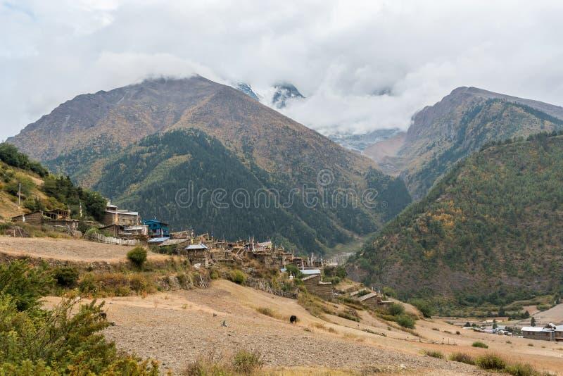 Традиционная каменная деревня строения Цепь Annapurna в Непале стоковая фотография