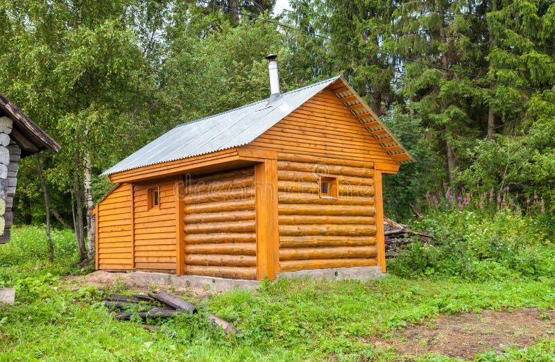 Традиционная русская новая деревянная ванна на банке озера стоковые фото