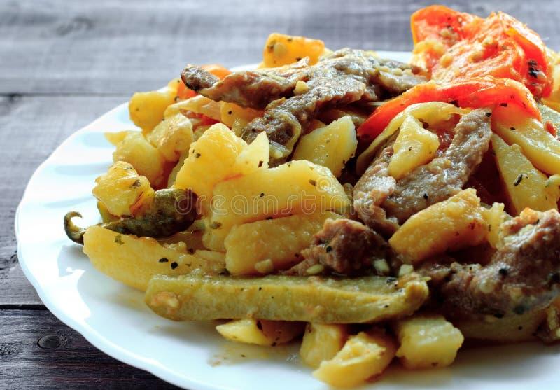 Традиционная татарская еда - azu На белой плите стоковые изображения rf
