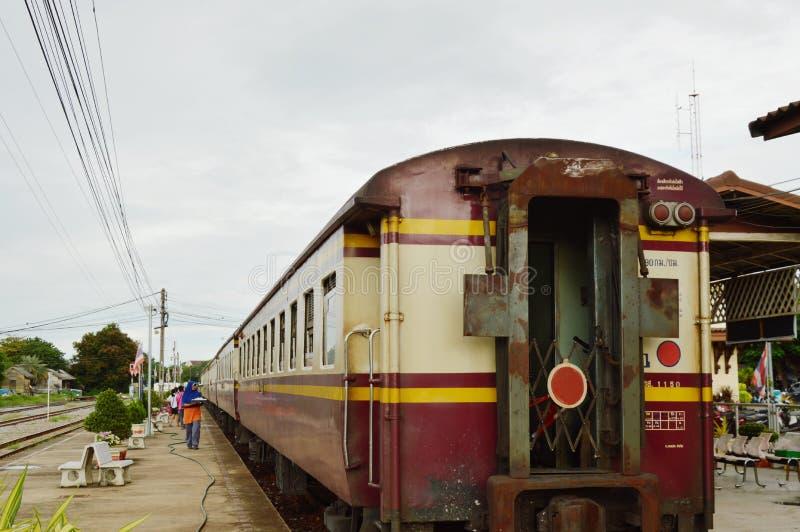 традиционная торговая продажа разносчика некоторые еда и сувенир упаковки к пассажиру на поезде стоковое фото