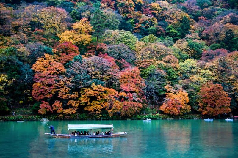 Традиционная туристская шлюпка проходит дальше изумрудное реку Katsura цвета стоковые изображения rf